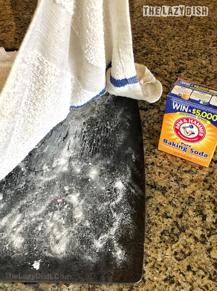 How To Clean Your Glass Stovetop The Easy Way - Cleaning hacks, tips and tricks for the kitchen stove. Every lazy girl should read this! Using natural products: baking soda and vinegar. The Lazy Dish #thelazydish #cleaninghacks #lazygirl