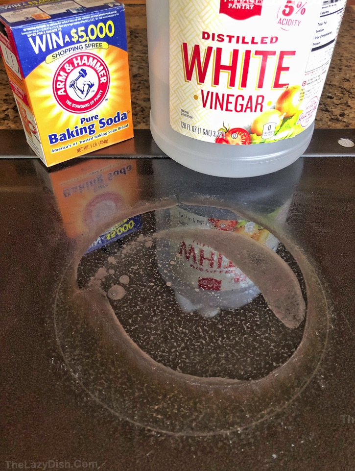 How To Clean Your Glass Stovetop The Magic Way - Cleaning hacks, tips and tricks for the kitchen stove. Every lazy girl should read this! Using natural products: baking soda and vinegar. The Lazy Dish #thelazydish #cleaninghacks